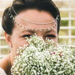 femme Témoignage des mariées marié cachée par bouquet
