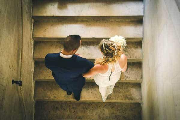 couple montant escalier À la mairie de Libourne moments forts de votre mariage en photos