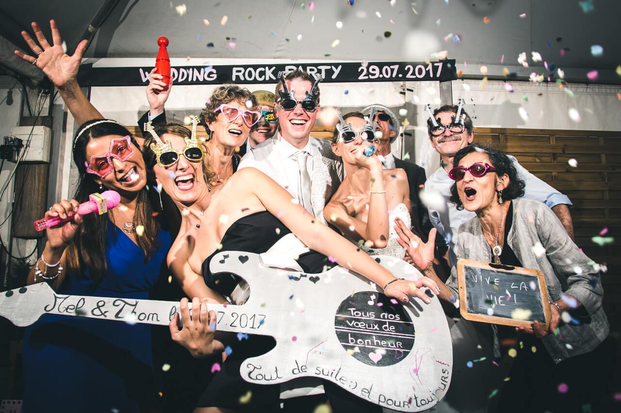 photo booth invités font la fête Pendant la soirée d'un mariage