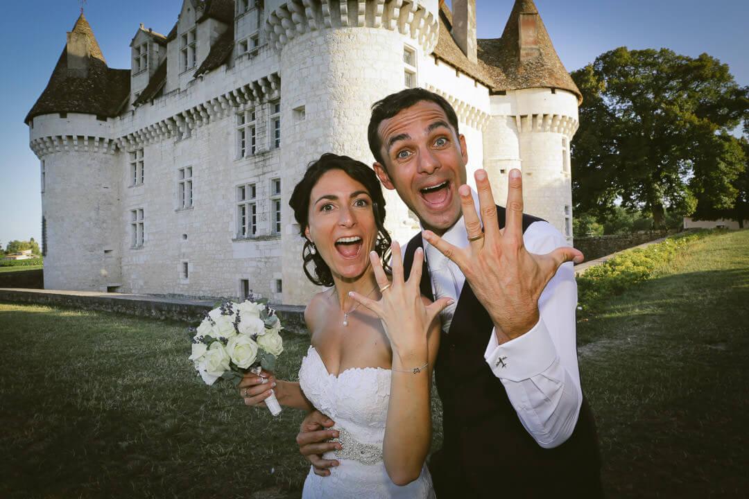 Couple devant le château de Monbazillac qui montrent leurs alliances
