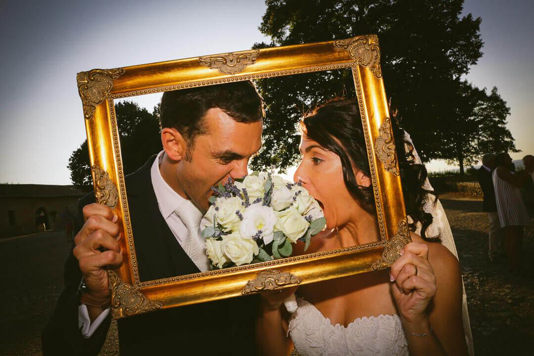 amusant Image mariés dans un cadre Qui mange leur bouquet de fleurs drôle