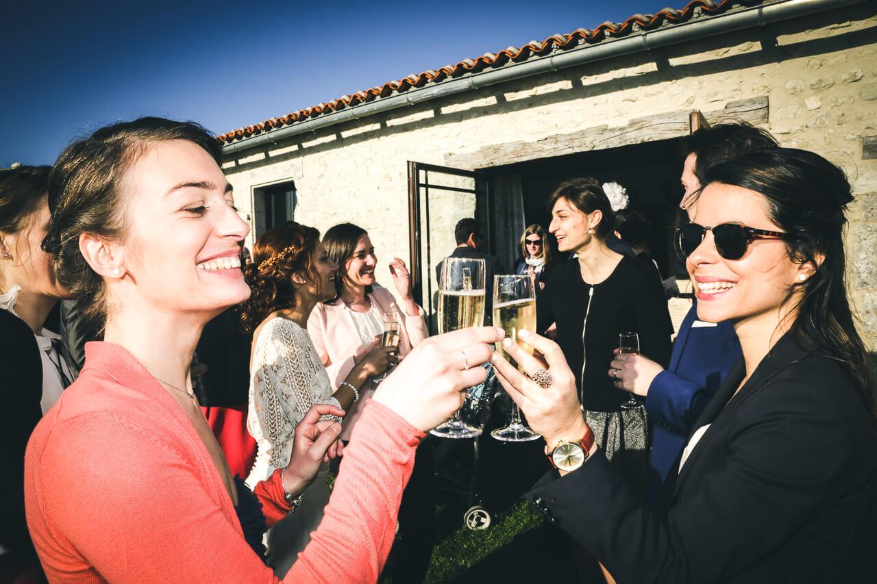 Invités - Moment convivial avec les invités champagne pendant le vin d'honneur Pour le bon déroulement