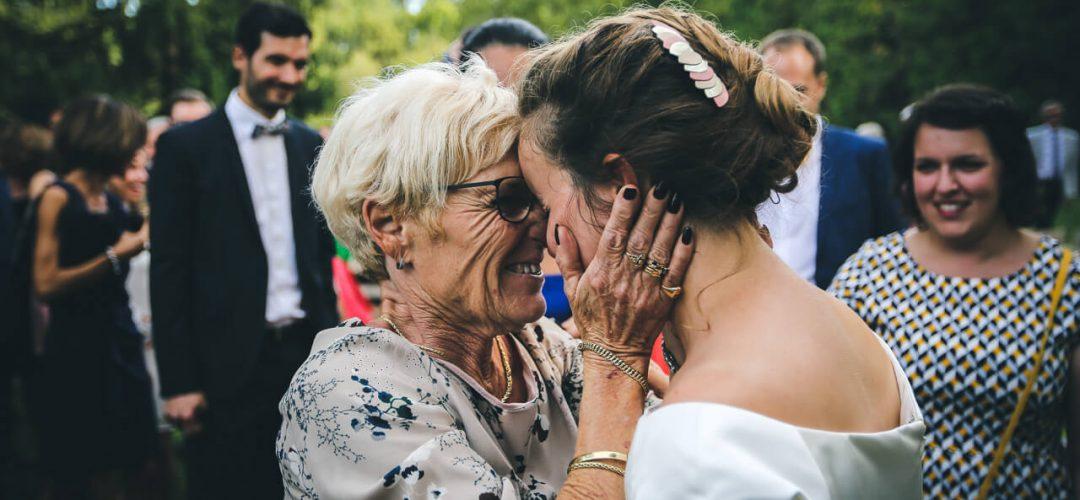 Moment d'émotion entre la grand-mère