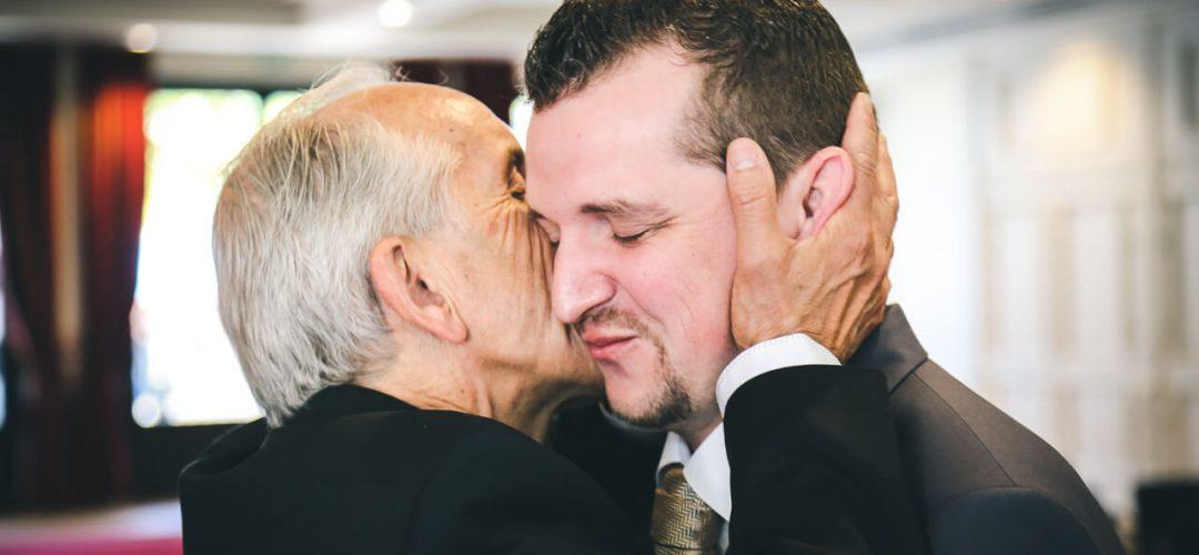 Père et fils - Le père qui embrasse son fils émotion à la mairie d'Arcachon