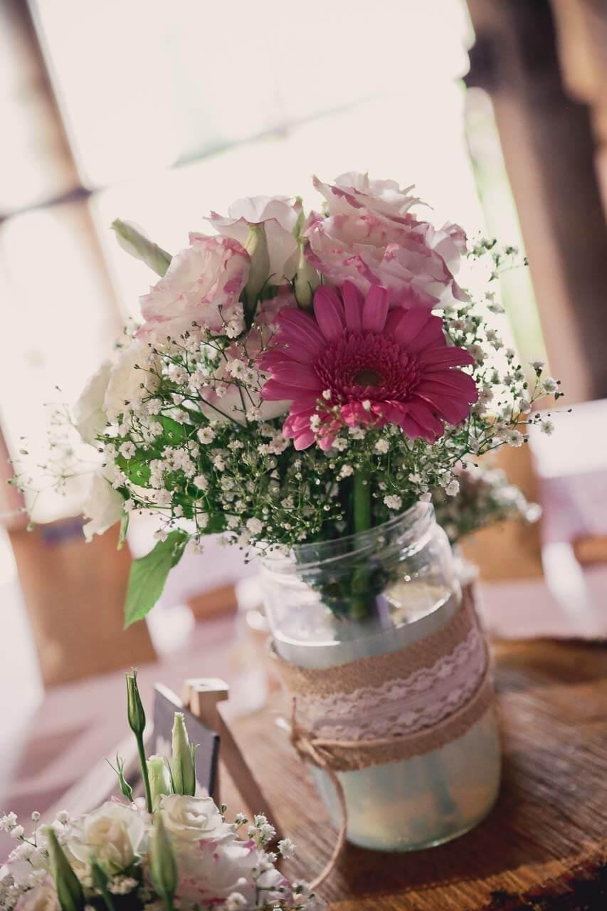 déco pour location bouquet de fleurs Décoration de mariage festif et champêtre au grenier des saveurs charente Champêtre et frais