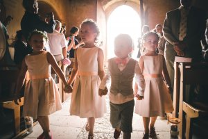 enfants la main dans la main à cérémonie - Christophe Boury photographe de mariage Bordeaux