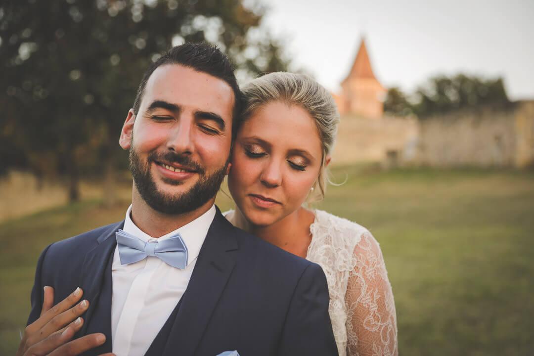 Mariés reposé Les yeux fermés il ne pense plus à rien ils sont dans leur monde dans leur bulle