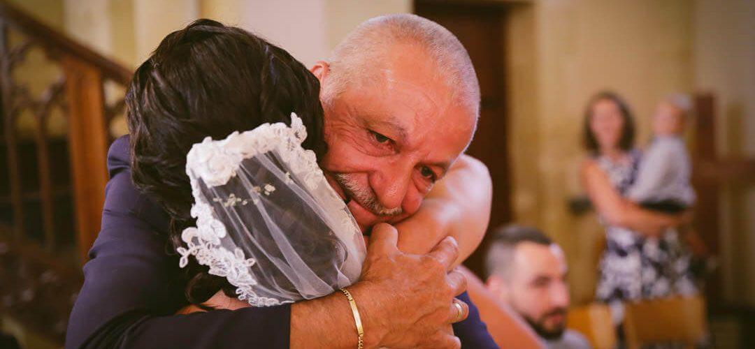 Le père qui enlace sa fille dans l'église Père et fille - émotion