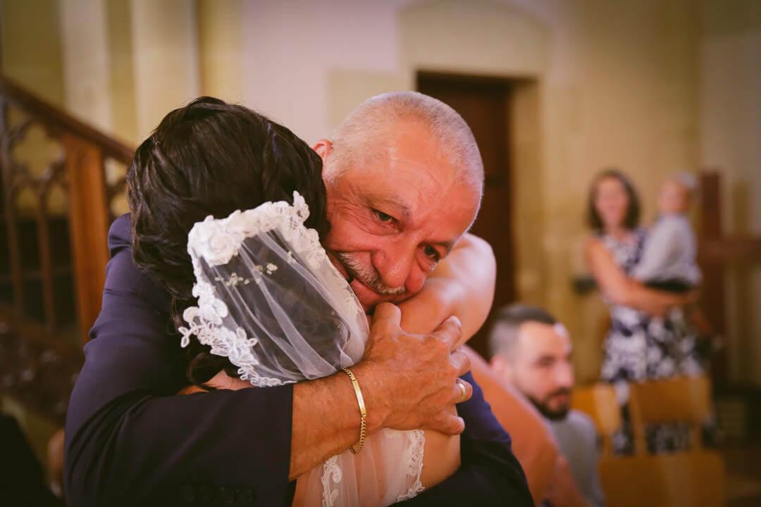 Père et fille - Beaucoup d'émotion et les larmes aux yeux pour le père