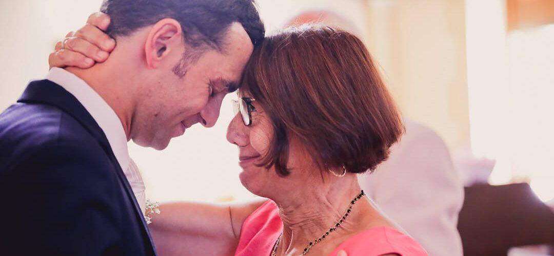 Heureux avec sa Mère et fils - émotion mais aussi Plein d'émotions passe entre les deux personnes