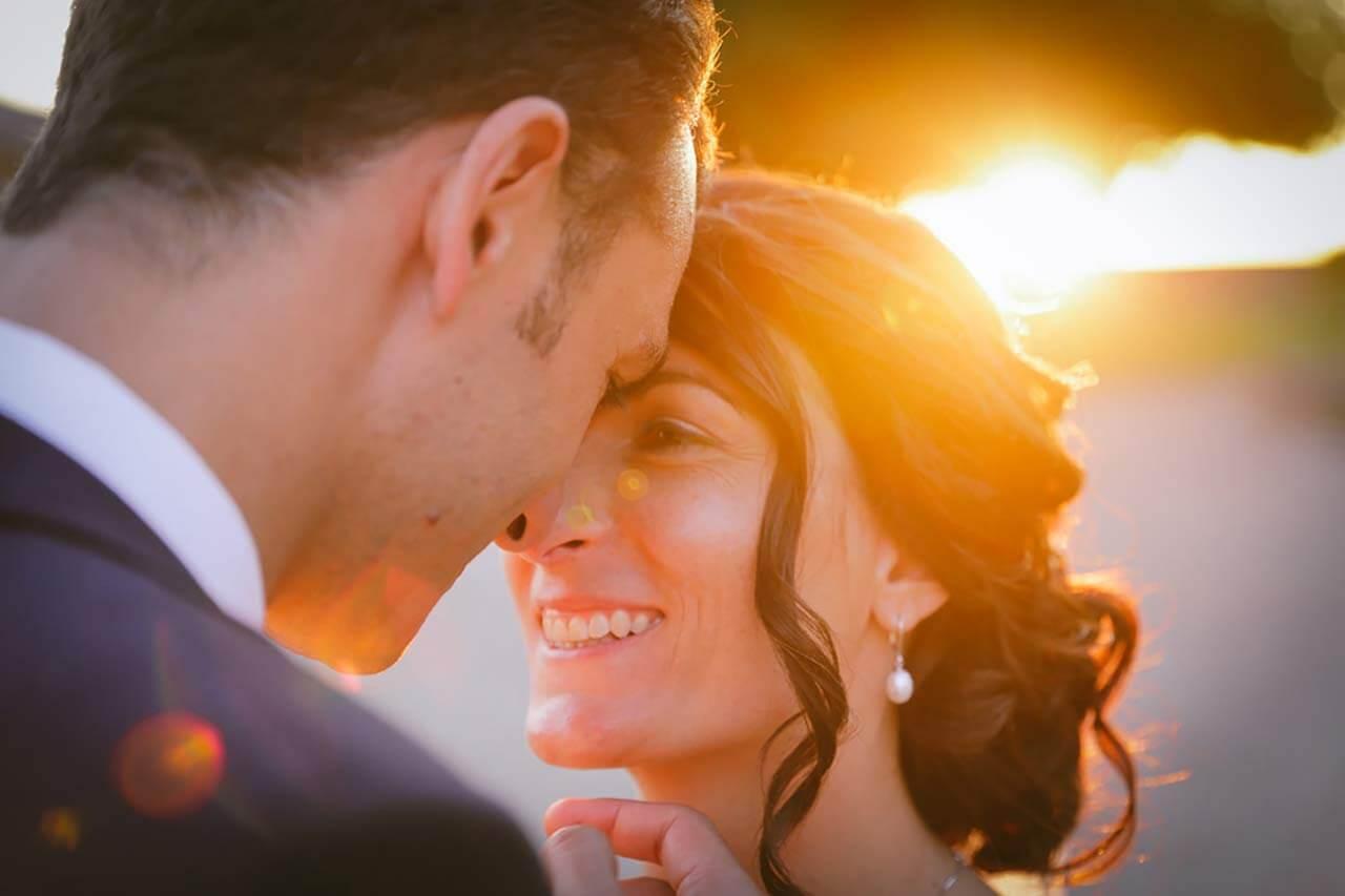 Mariés sur le point de s'embrasser
