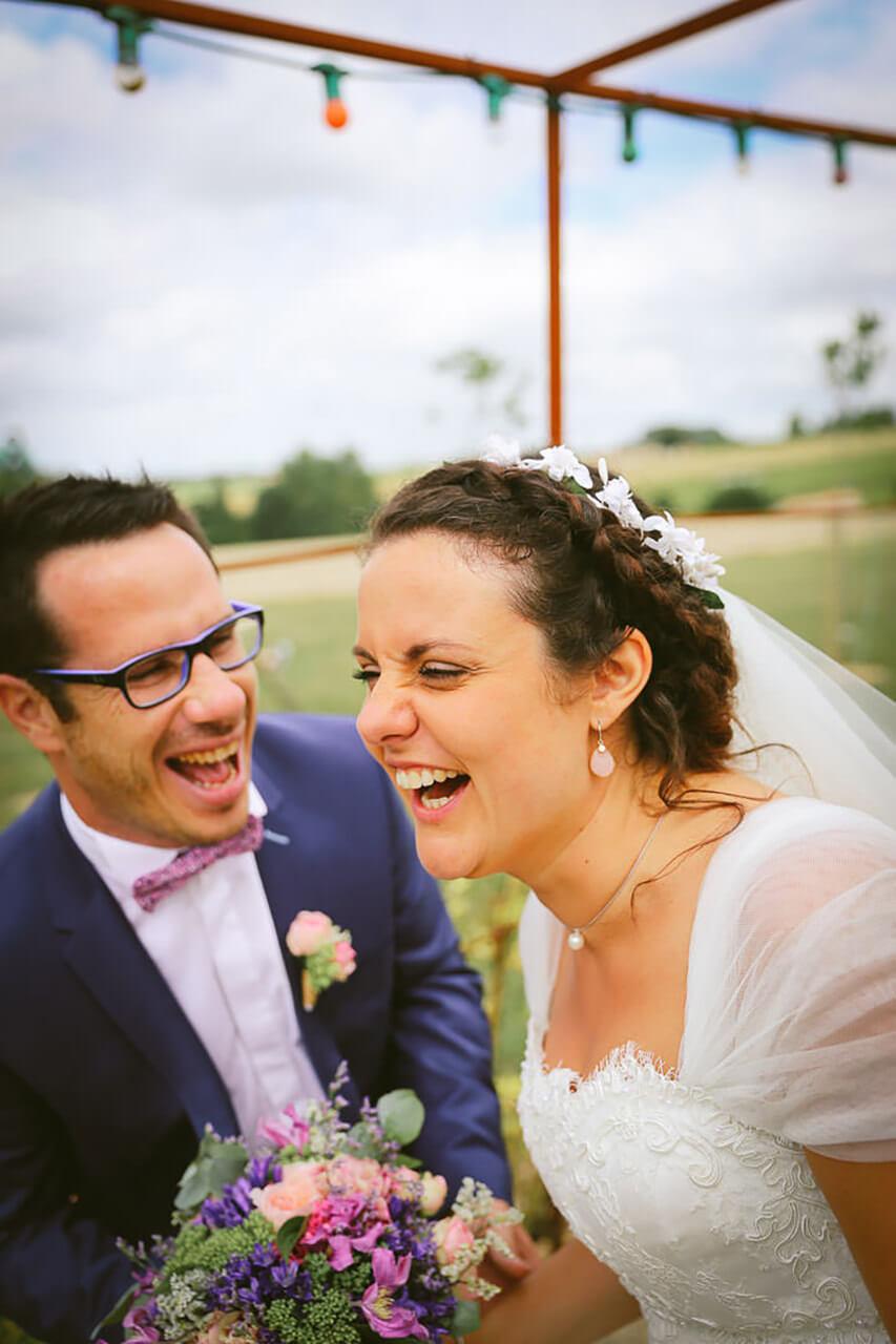 Photo vivante et joyeuse de futurs mariés Mariés rigolent