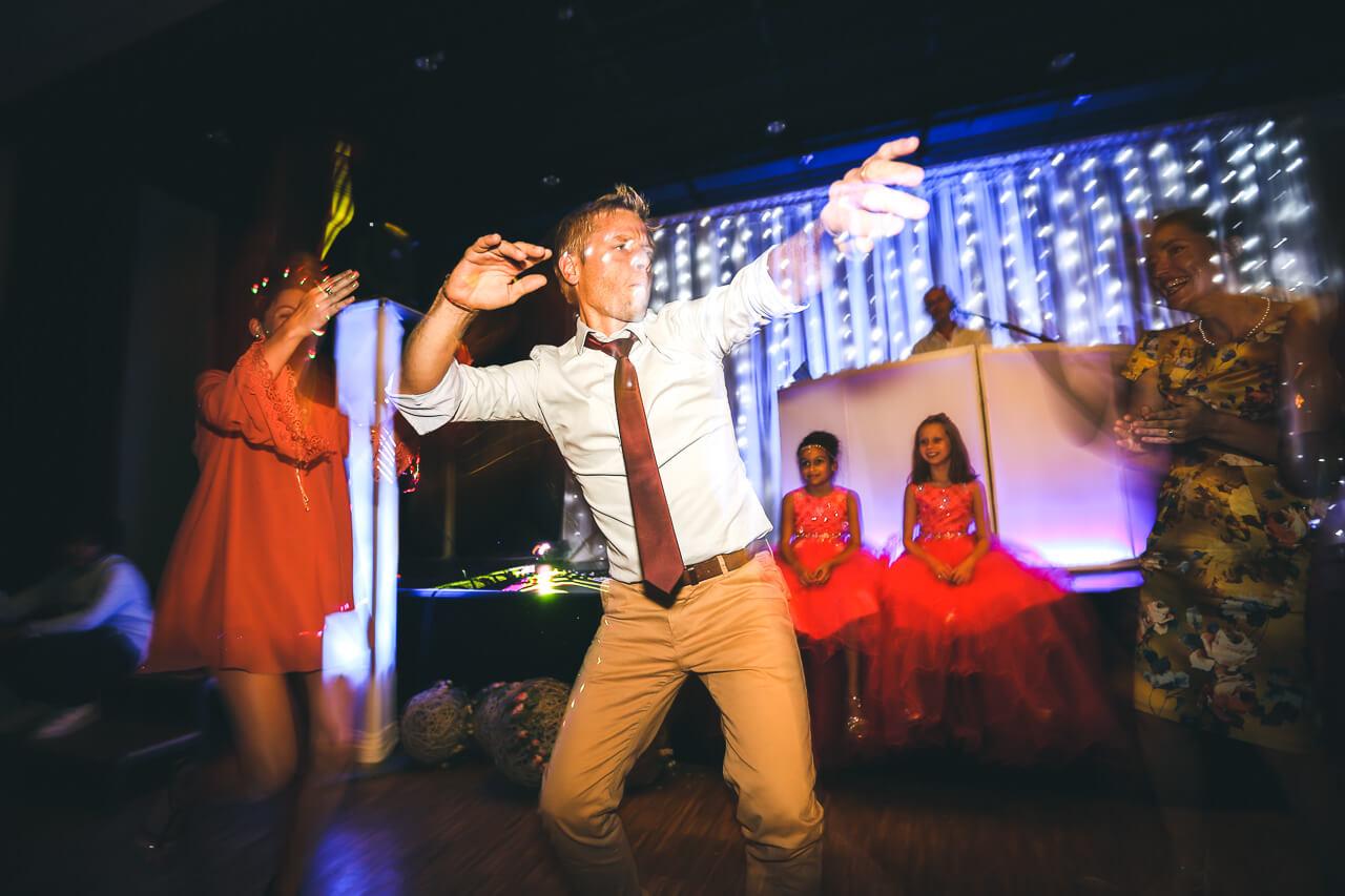 Invités dansent Sur le dance Floor Pour le bon déroulement de la soirée