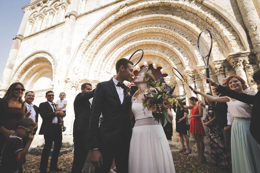 mariage en Charente Sortie d'Eglise aussi les raquettes Aubeterre sur Dronne Charente