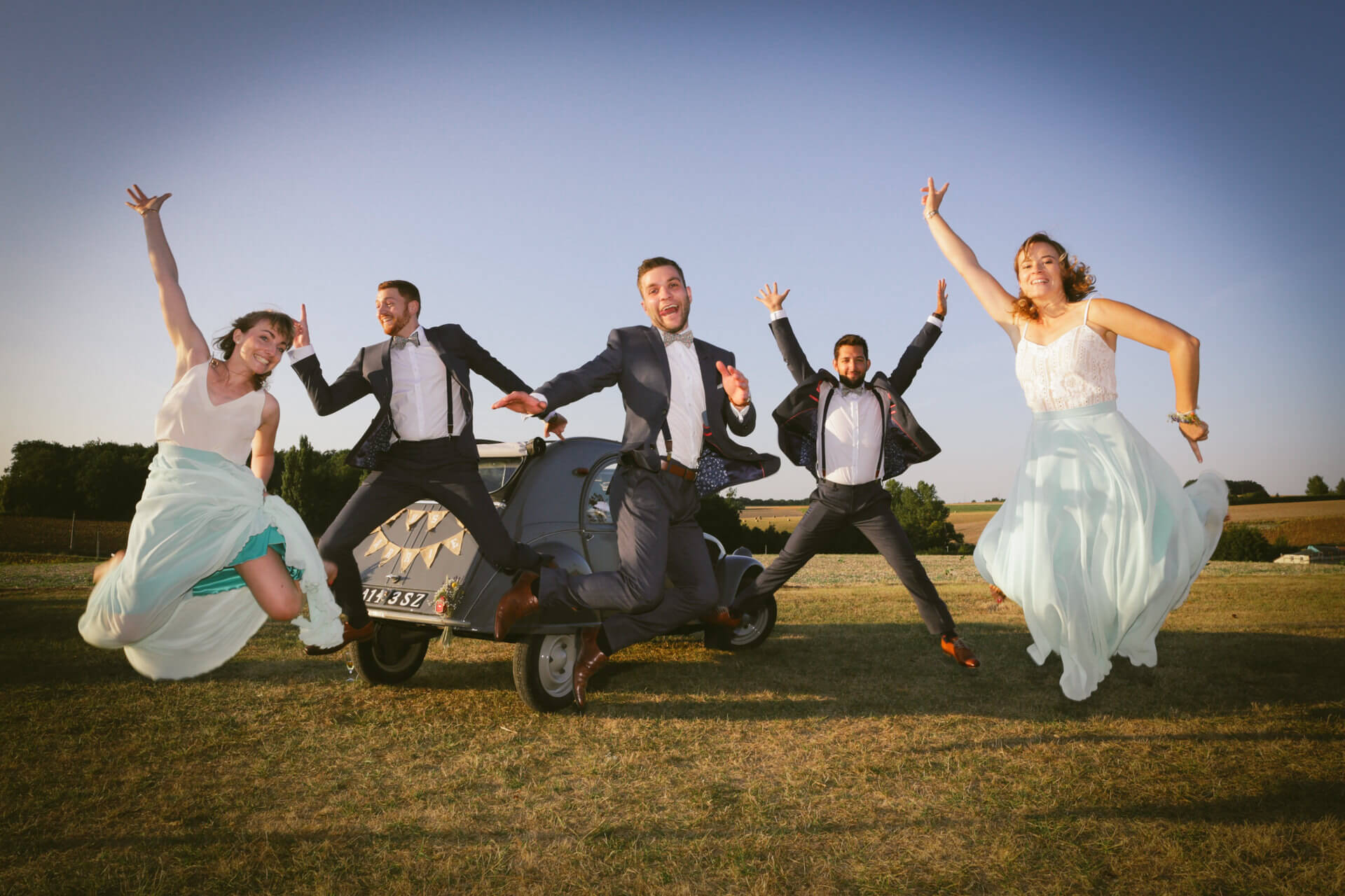 Invités fou et aussi franche rigolade entre ami - photographe de mariage en Charente