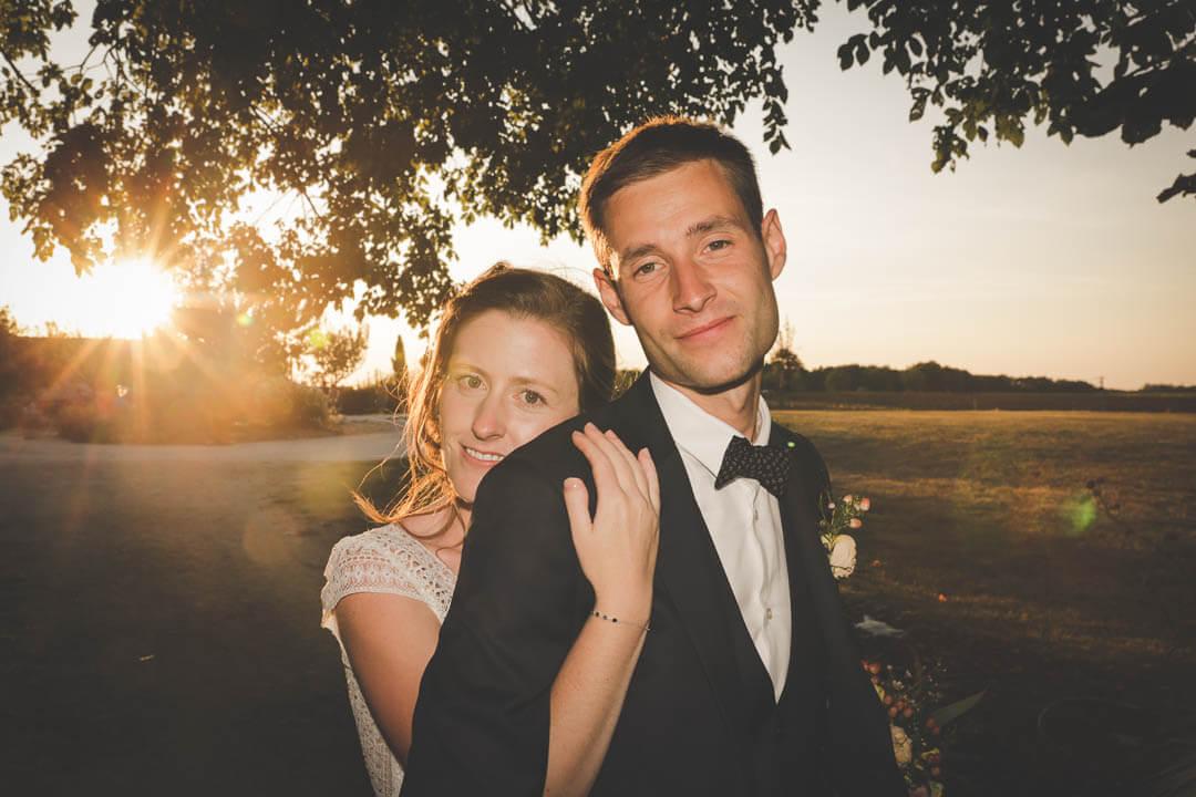 prise de vue de couple aussi dans la lumière Mariés enlacé photo de couple simple au grenier des saveurs mariage en Charente