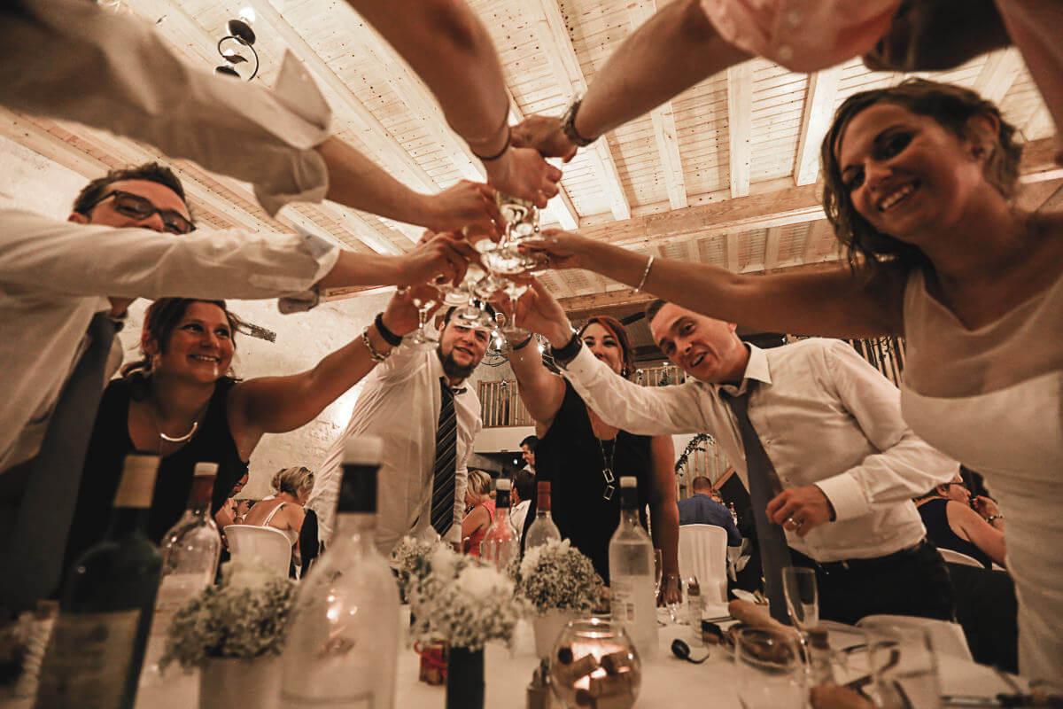 invités trinquent avec mariés Moment de fête et de convivialité avec les invités du mariage