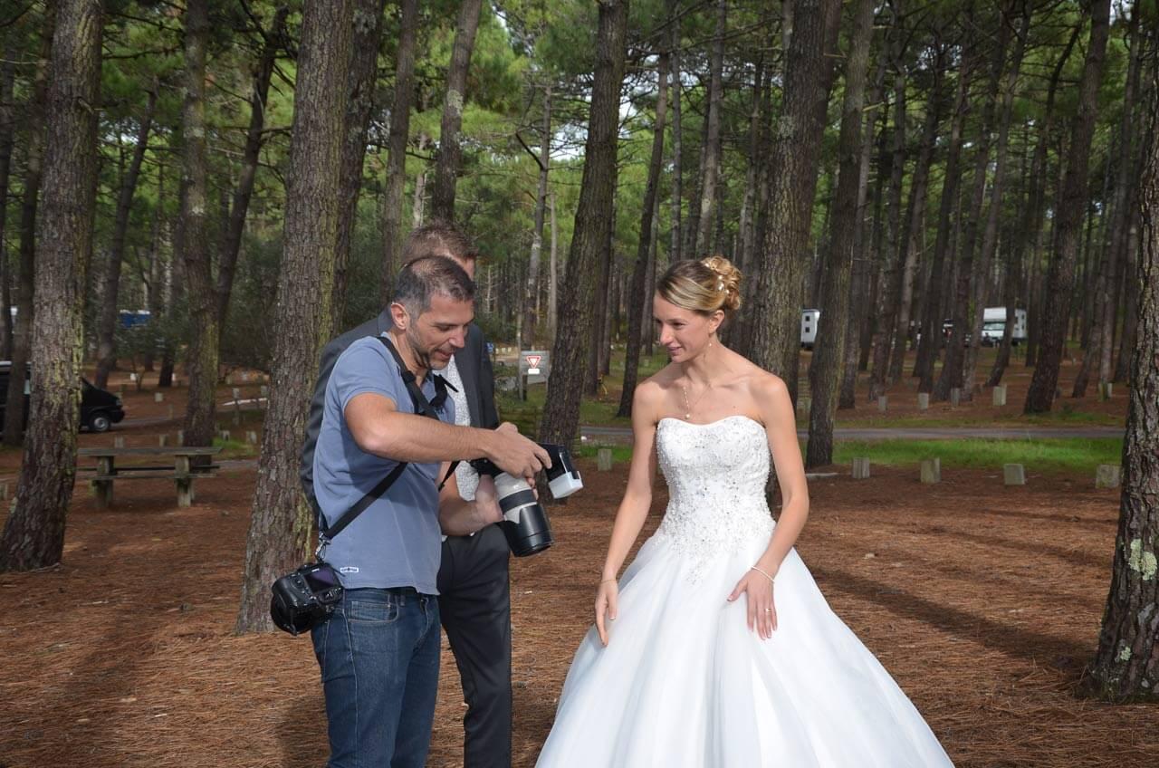 dans les pins photographe de mariage un contacte simple photo sur la plage Lacanau en Gironde proche de Bordeaux