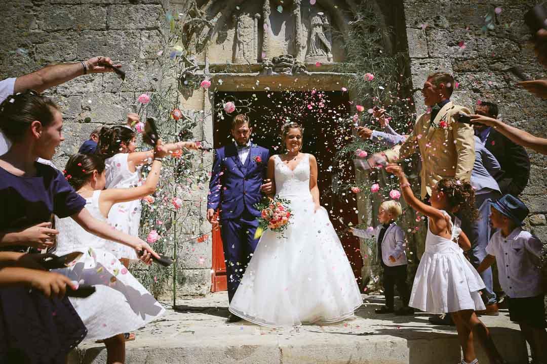 Sortie de l'église photos naturelles et prises sur le vif réalisées pendant la séance photo de couple Recherche photographe de mariage original au Dordogne Bergerac Sainte-Foy-la-Grande Conseil pour photographier un mariage