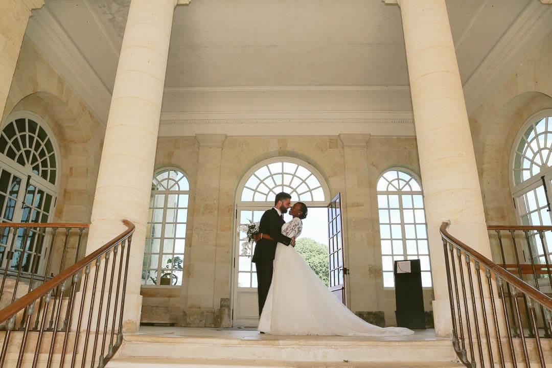 Conseil pour photographier un mariage Un moment intime dans leur bulle sans prise de tête pendant que le photographe de mariage tourne autour d'eux
