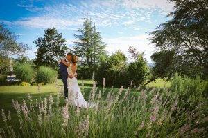 Photos de couple au Château Gassies Avec la lavande Photographe de mariage Bordeaux Gironde