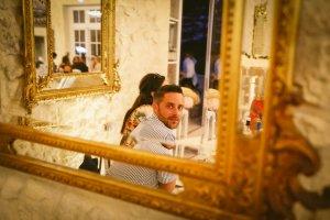 Jouer avec le miroir du Château Gassies Un invité se voit dedans
