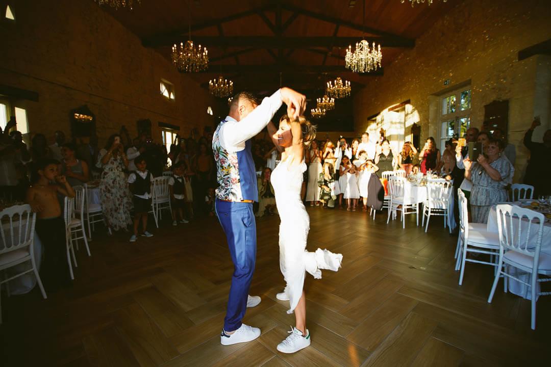 Chorégraphie des mariés en Adidas Château Gassies Pour le bon déroulement
