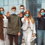 Les personnes portant des masques de protection plan-b pour mariage 2020